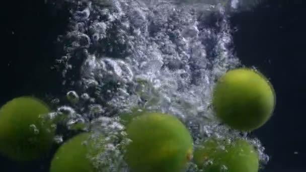 Při pádu vápenatého ovoce klesá voda. Sbírka záběrů