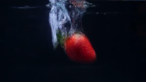 Erdbeeren fallen in Zeitlupe ins Wasser. Filmsammlung
