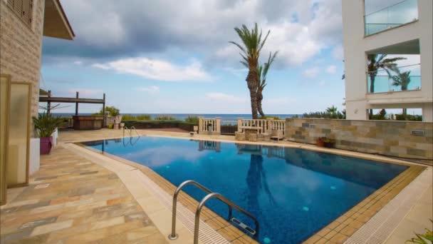 Zeitraffer-Pool mit Blick auf die Palmen und das Meer