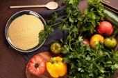 Fotografie Čerstvé suroviny na salát tabbouleh: kuskus, rajčata, citron, petržel, máta, olivový olej, pepř. Zdravá, Vegetariánská halal jídlo koncept
