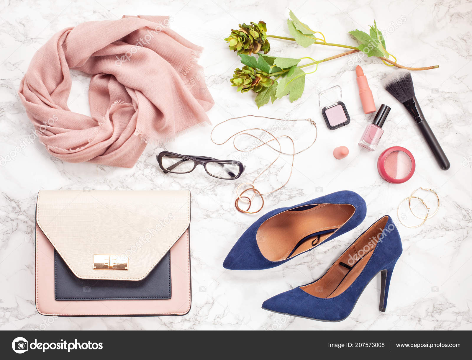 cbaddf4d6 Acessórios de moda e sapatos de salto alto azul para meninas e mulheres.  Tendências de moda urbana, conceito de blog de beleza — Foto de ...