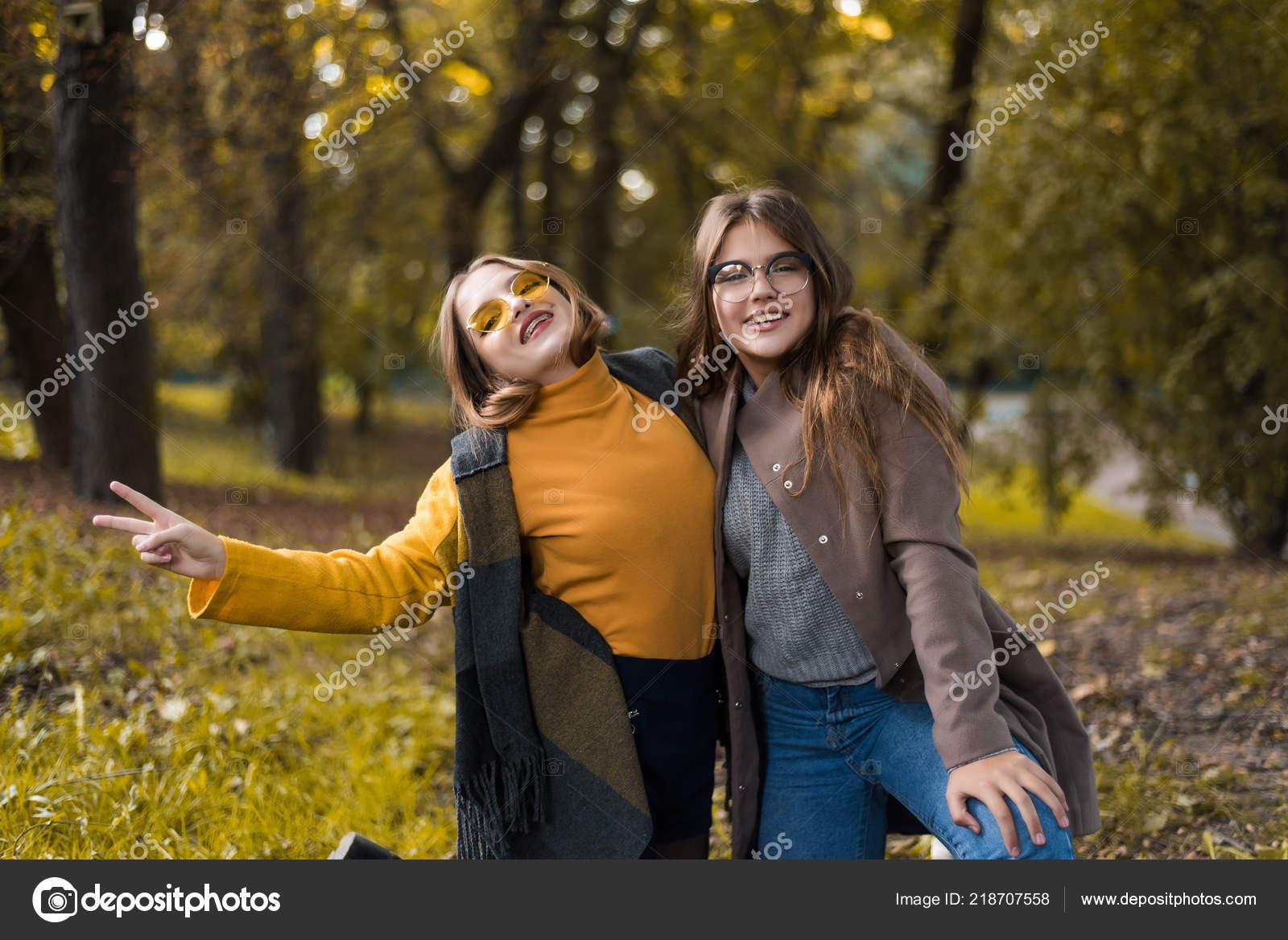 fecb5932545 Duas Adolescentes Estão Divertindo Parque Roupa Outono Engraçado Amigas  Jogando — Fotografia de Stock