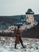 Hrad Karlštejn, Česká republika: mladí bokovky žena na procházky do přírody, starobylé slavný hrad jako pozadí