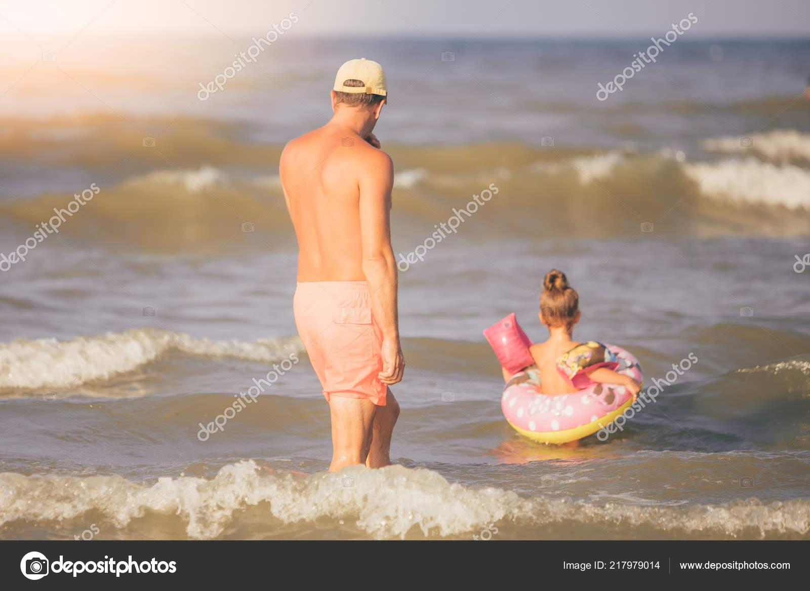 8efd655f4 Hombre Junto Pequeña Hija Bañarse Mar Adriático Durante Sus Vacaciones —  Foto de Stock