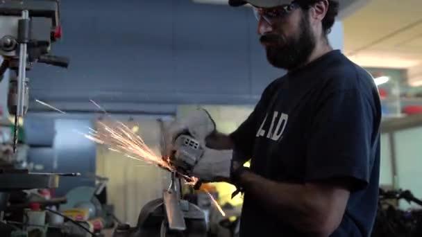 Muž pracující na přizpůsobení motocyklu. Mechanický koncept.