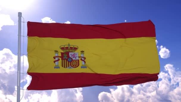 Spanyol zászló lobogott a szélben. Nemzeti zászló a kék ég ellen