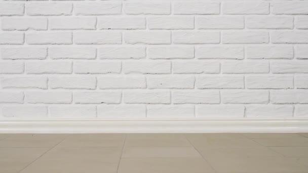 bílá cihlová zeď s dlažbou jako pozadí