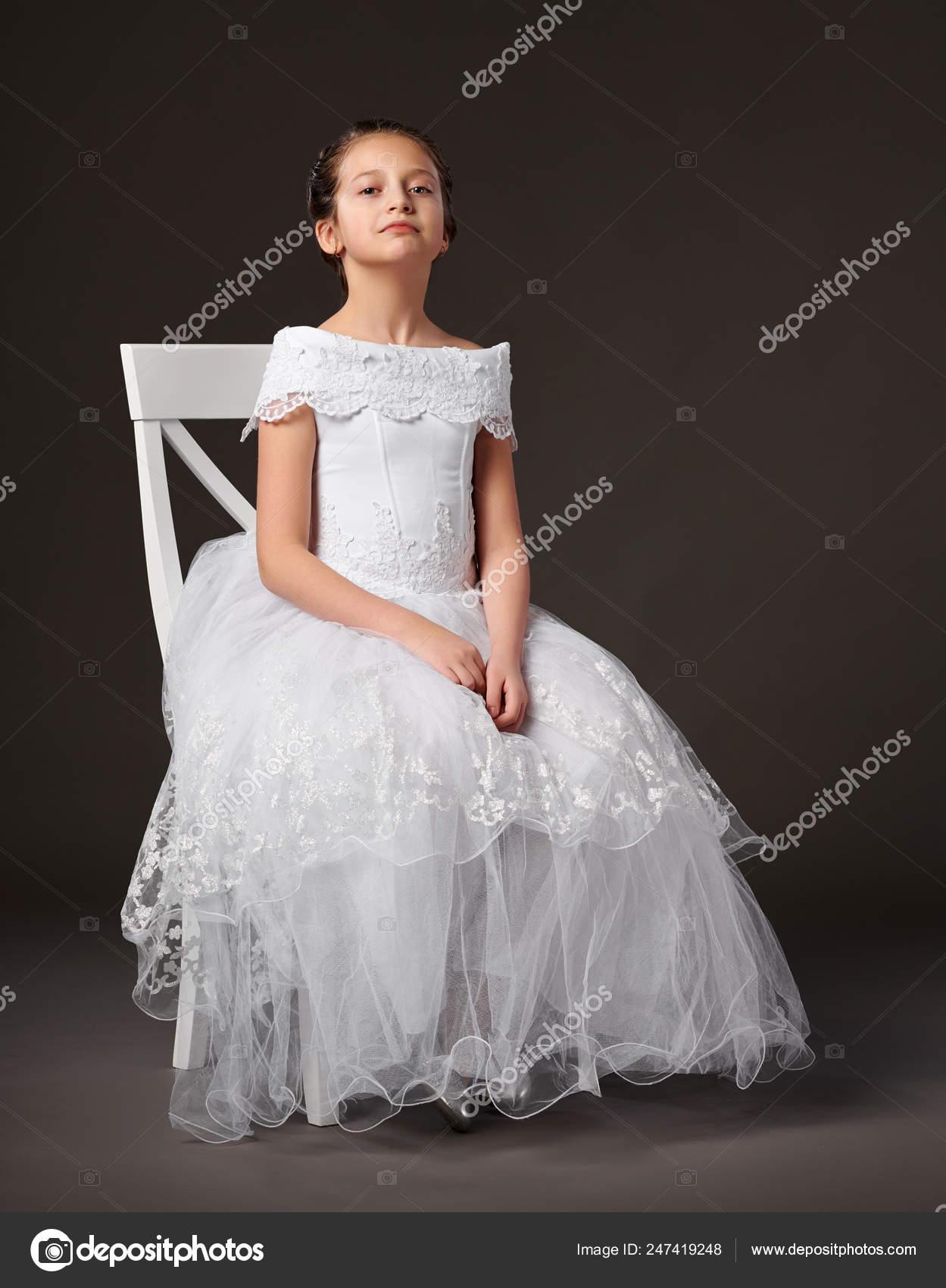 a1af09878 Niña Vestida Con Vestido Blanco Sentado Silla Fondo Oscuro — Foto de Stock