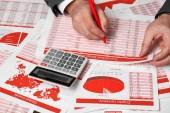 Podnikatel účetní pomocí kalkulačky pro výpočet šifrovací měna zpráva o stůl kancelářský. Obchodní finanční účetnictví koncept červená zprávy a grafy.