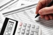 Dolgozó üzletember és számítási Pénzügy. Üzleti pénzügyi számviteli fogalom. Vértes kezek.