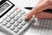 Podnikatel pracuje a výpočet finance. Finanční účetní koncepce. Closeup ruce.
