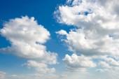 krásná modrá obloha a mraky jako pozadí, letní krajina