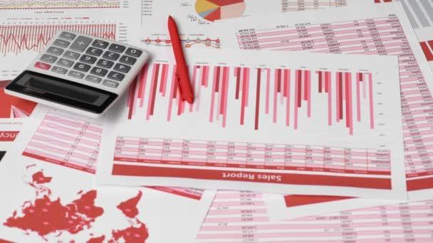 Podnikatel účetní pomocí kalkulačky pro výpočet penále na stůl kancelářský. Finanční účetní koncepce. Červené zprávy a grafy. Zaměstnanec úřadu zkoumá plány a zprávy.