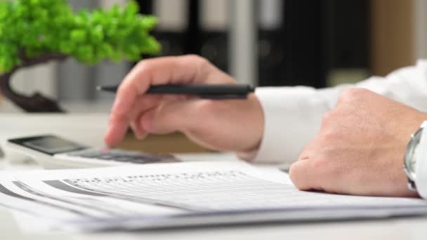 Geschäftsmann, arbeiten im Büro und Finanzen zu berechnen. Finanzielle Buchhaltung Geschäftskonzept..
