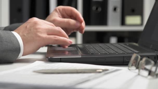 Podnikatel pracující v kanceláři a používající přenosný počítač. Koncepce účetního finančního účetnictví.