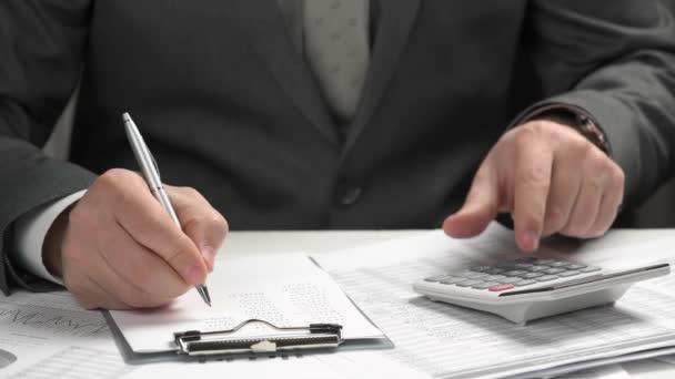 Obchodník pracuje a počítá finance. Čte a píše zprávy. Koncepce účetního finančního účetnictví. Closeup, ruce.