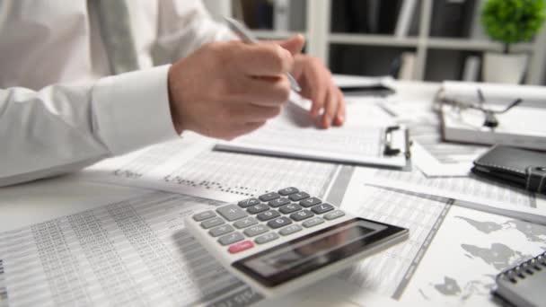 Obchodník pracuje v úřadu a počítá finance, čte a píše zprávy. Koncepce účetního finančního účetnictví.