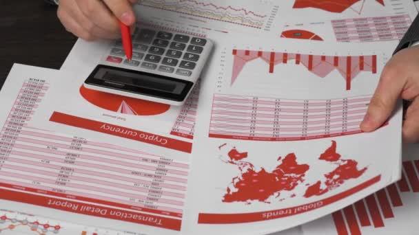 Podnikatel pracuje na tabletu, analyzuje grafy a tabulky, ruce closeup.
