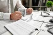 Wütender Geschäftsmann hat Stress und Probleme mit schlechten Berichten, bricht er Dokumente und wirft sie.