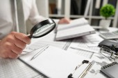Geschäftsmann, der im Büro arbeitet und Finanzen berechnet, liest und schreibt Berichte. Finanzbuchhaltungskonzept für Unternehmen.