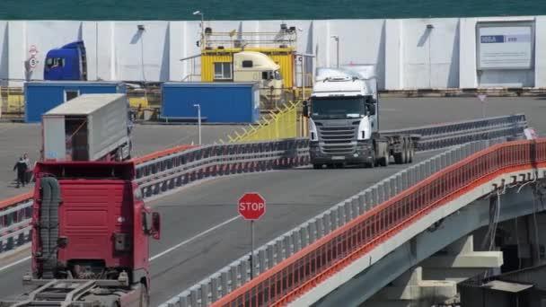 Průmyslový přístav v Oděse City, Ukrajina, 4. května 2019-nákladní automobily jdou přes průmyslový přístav