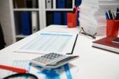 Büro-Arbeitsplatz - Tisch-Nahaufnahme mit Berichten und Regalen. Finanzbuchhaltungskonzept für Unternehmen.