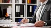 Geschäftsmann arbeitet und rechnet, liest und schreibt Berichte. Büroangestellte, Tischnaht. Finanzbuchhaltungskonzept für Unternehmen.