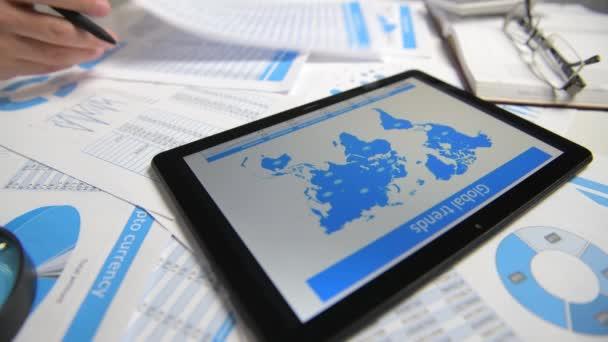 Geschäftsmann arbeiten mit Tablet-PC, berechnen, lesen und schreiben Berichte. Büromitarbeiter, Tabellennahaufnahme. Business Financial Accounting Konzept.
