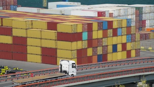 LKWs fahren mit Containern über den Industriehafen - Fracht- und Schifffahrtskonzept