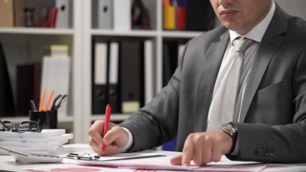 Geschäftsmann arbeitet und berechnet, liest und schreibt Berichte. Büromitarbeiter, Tabellennahaufnahme. Business Financial Accounting Konzept.