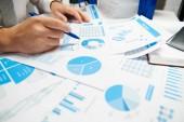 Üzletember munka és a számítási, olvasás és írja jelentések. Irodai alkalmazott, asztal closeup. Üzleti pénzügyi számviteli koncepció.