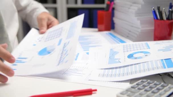 starý podnikatel, který pracuje a počítá, čte a píše zprávy. Zaměstnanec kanceláře, detailní záběr na stůl. Koncept podnikového finančního účetnictví.