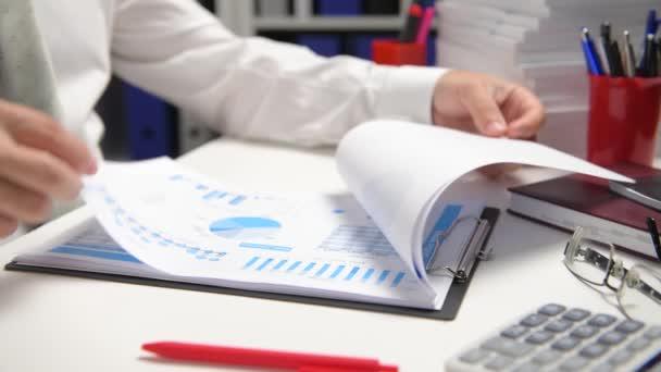 Geschäftsmann arbeitet und rechnet, liest und schreibt Berichte. Tablet-PC nutzen. Büroangestellte, Tischnaht. Finanzbuchhaltungskonzept für Unternehmen.