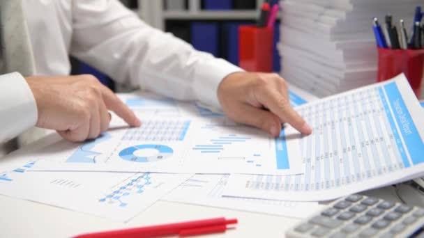 Obchodník pracuje a počítá, čte a píše zprávy. Zaměstnanec systému Office, Closeup tabulky. Koncepce účetního finančního účetnictví.