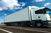 Fényképek Fehér teherautó és konténer van az autópálya-üzleti, kereskedelmi, teher-szállítás fogalma, tiszta és üres hely az oldalnézetben