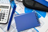 Nahaufnahme von Geschäftsbüros - Finanzberichte, Analysen und Buchhaltung, Dokumentensätze, Tabellen und Diagramme, verschiedene Posten für die Buchhaltung, Taschenrechner