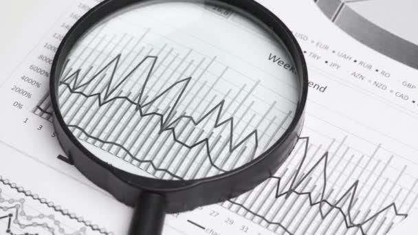 detailní záběr na pracoviště - panorama finančních tabulek a sestav s daty pro analýzu a účetnictví, soubor dokumentů pro vedení účetnictví