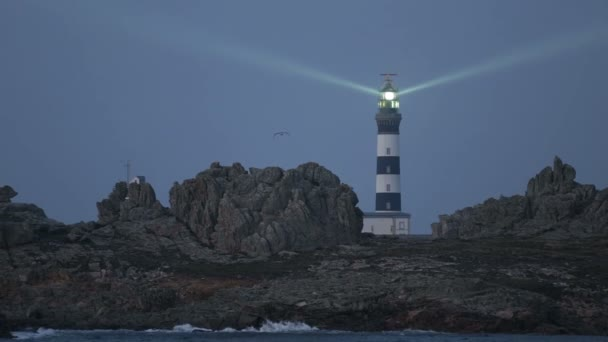 Leuchtturm von Crac h abends beleuchtet, der mächtigste der Welt, Insel Ushant (alias Ouessant), Bretagne, Frankreich