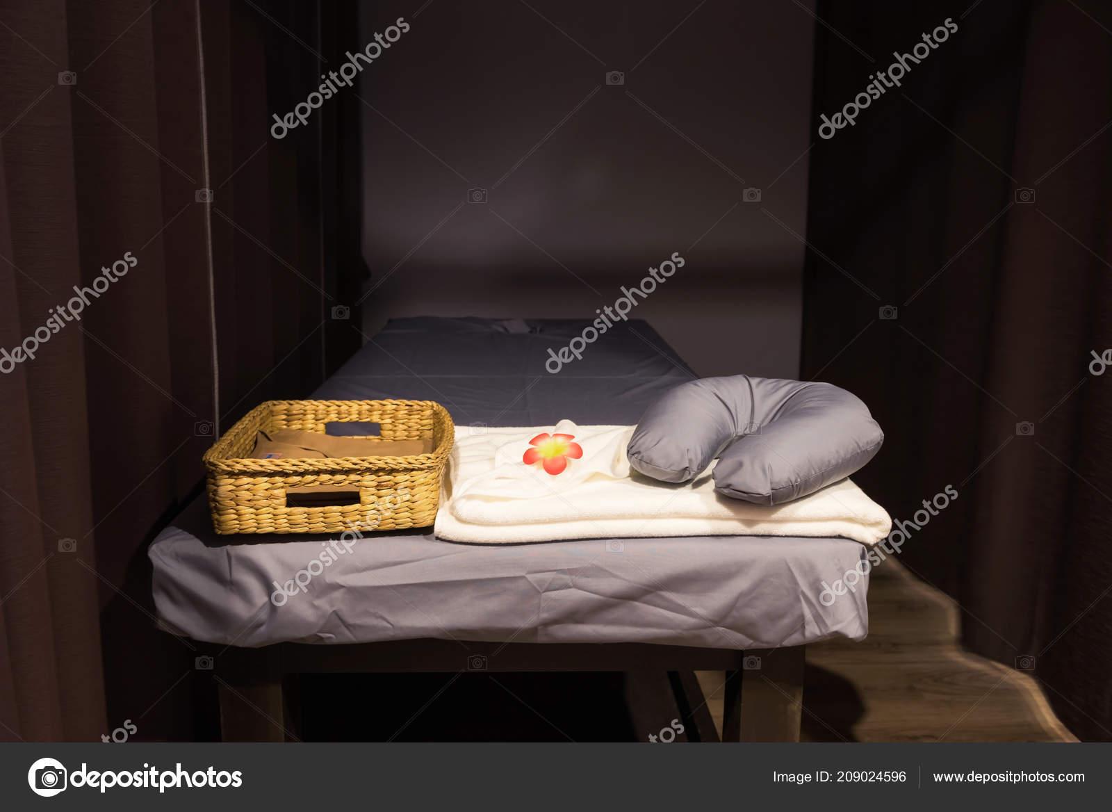 Base Della Stazione Termale Massaggio Thai Oil Con Telo Collo Foto