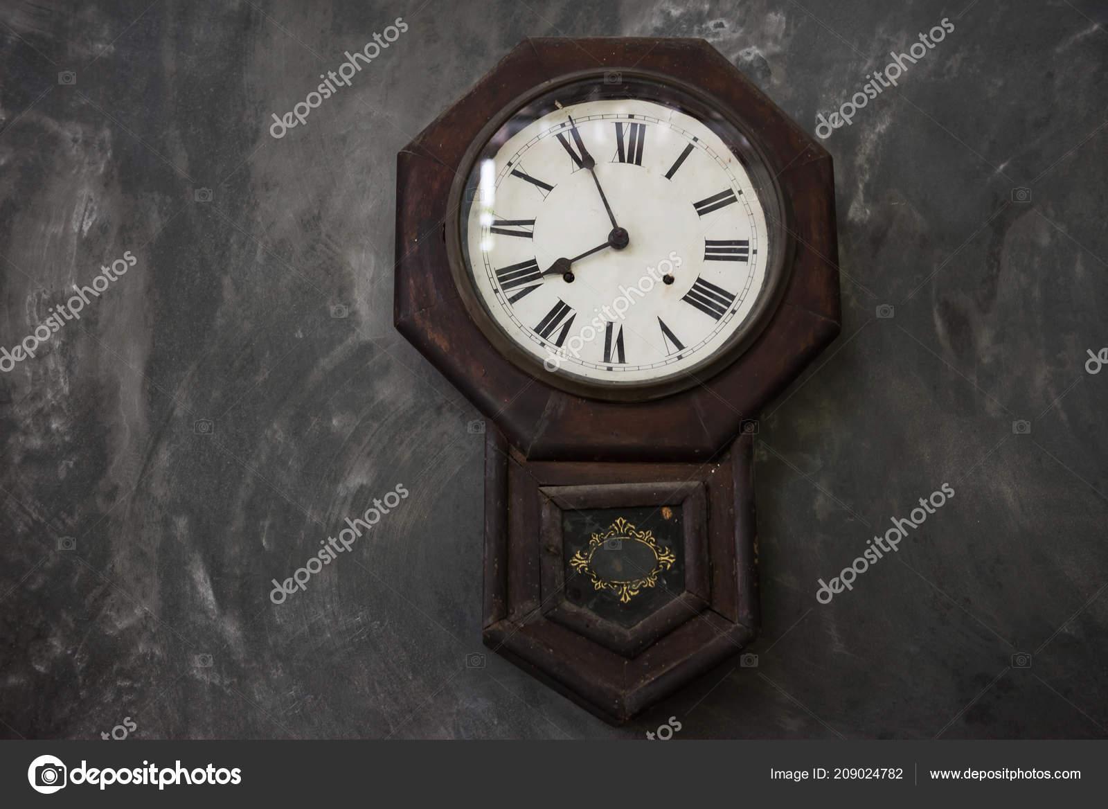 5ad5f09b902 Relógio Antigo Madeira Velho Parede Cinza Grunge Vintage Decoração  Doméstica — Fotografia de Stock