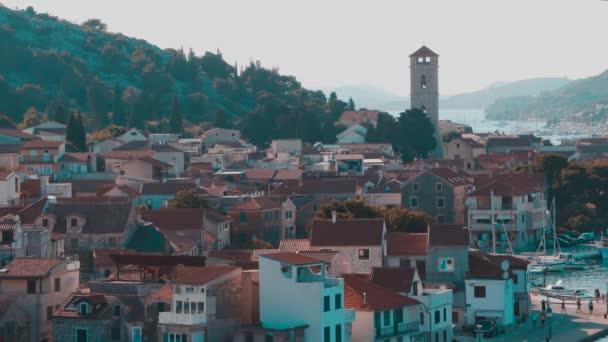 Malé seatown s kostelem v Tisno, Chorvatsko