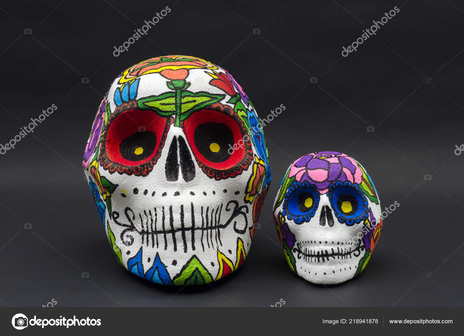 Cráneos Icopor Con Flores Sobre Fondo Negro Pintado Mano Calaveras