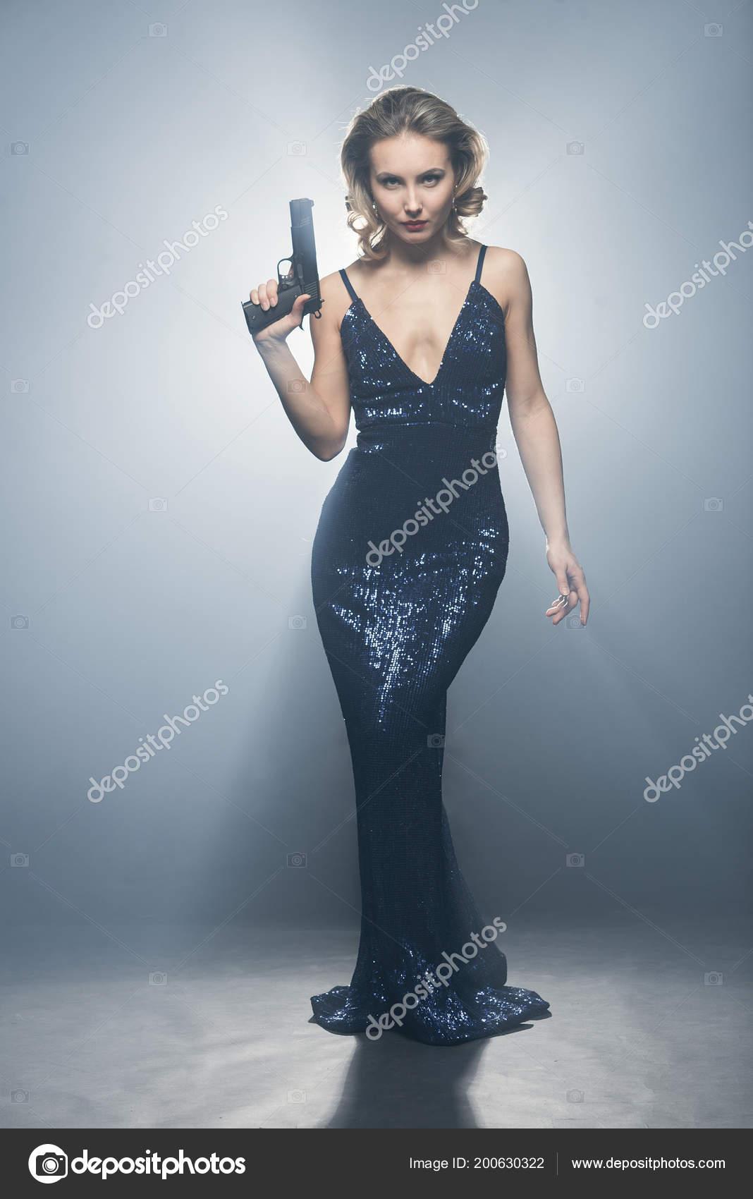 Сексуальная девушка с пистолетом