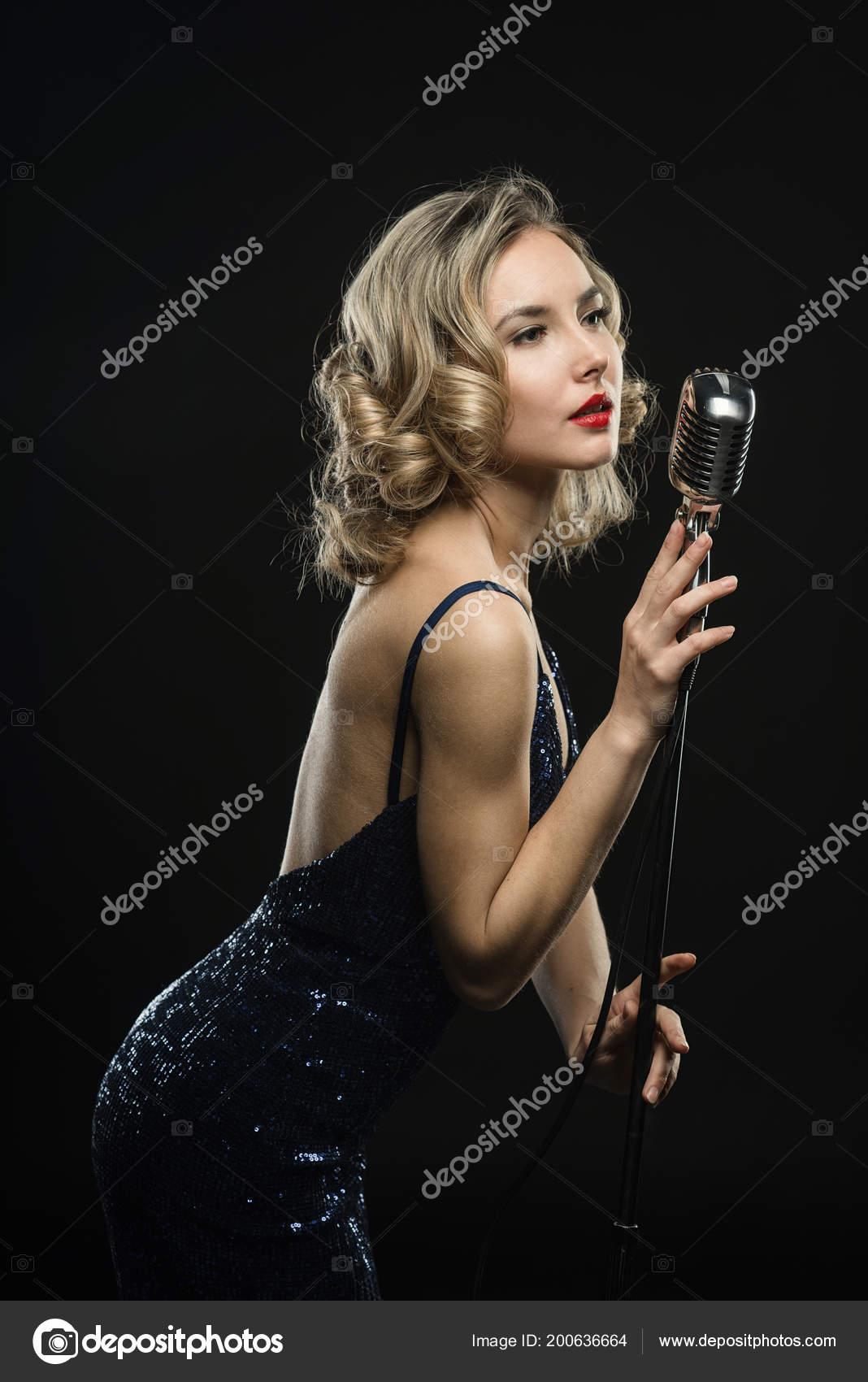 Сексапильная рок певица