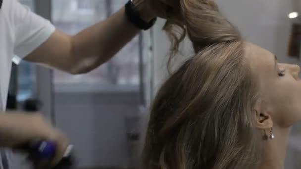 koncept péče o vlasy. Kadeřnictví Hřebeny rovnými hnědými vlasy