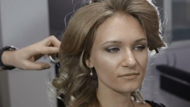 Friseur Macht Frisur Auf Das Madchen Im Barber Shop