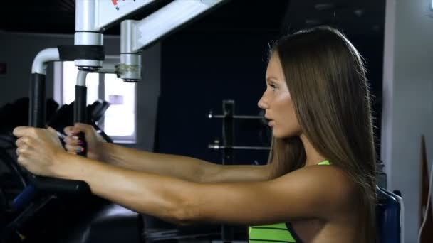 Krásná sexy sportovní svalnaté mladá dívka. Kavkazská fitness holka vlaky v tělocvičně