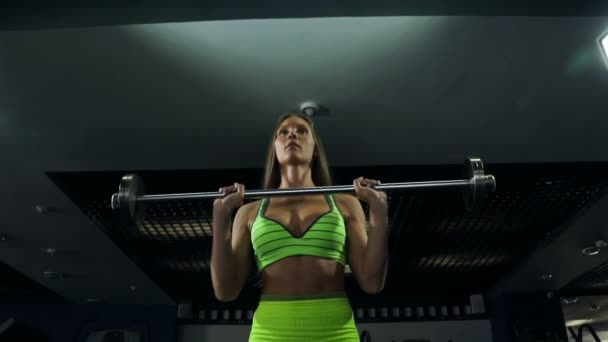 Krásná sexy sportovní svalnaté mladá dívka. Fitness holka vlaky, dělat cvičení s činka