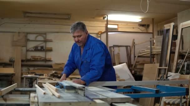 Tesař práce v jeho dílně, dřevo, zpracování na dřevoobráběcí stroj