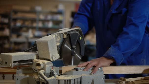 Elektrická řetězová pila pro řezání desek, pracovních spár dřevěném prkénku v dílně